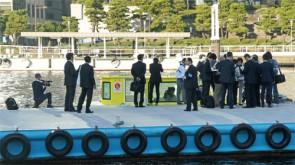 水上タクシーを取材する報道陣